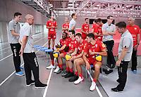 Volleyball 1. Bundesliga  Saison 2019/2020  Media Day Fotoshooting  TV Rottenburg  06.09.2019 Das Team um Trainer Christophe Achten (2.v.li.) wartet auf das Teambild