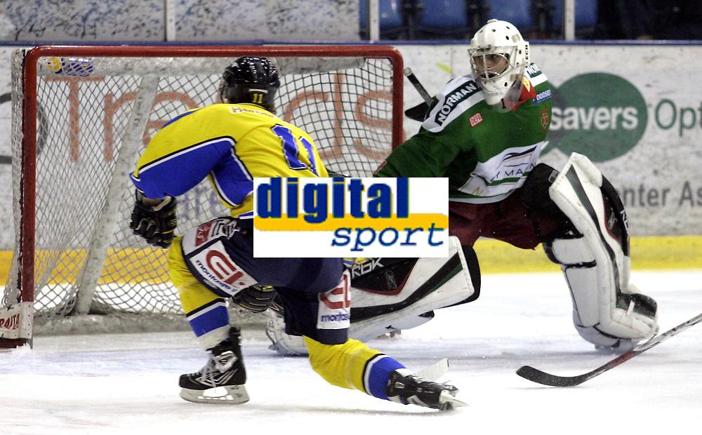 Ishockey<br /> GET-Ligaen<br /> 08.01.08<br /> Askerhallen<br /> Frisk Asker - Storhamar<br /> Johan &Auml;lgekrans bommer p&aring; &aring;pent m&aring;l mot Frisks keeper Rasmus Stenebr&aring;then<br /> Foto - Kasper Wikestad