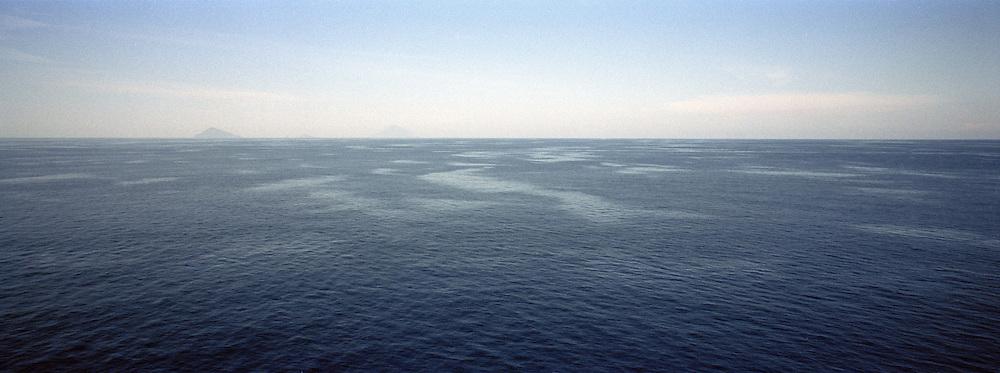 Veduta dall'antenna della Feluca. Tipica barca per la caccia sullo stretto di Messina del pesce spada. In giornate di ottima visibilit&agrave; si arriva a scorgere il pesce fino ad una distanza di 3 KM.<br /> Antenna high more than 40 meters. The fisherman can see the fish up to 3 km.