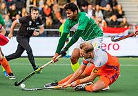 AMSTELVEEN -  Seve van Ass (Ned) met Mubashar Ali (Pak) tijdens de eerste Olympische kwalificatiewedstrijd hockey mannen ,  Nederland-Pakistan.  KNHB KOEN SUYK