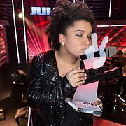 NLD/Hilversum/20131220 - Finale The Voice of Holland 2013, winnares Julia van der Toorn met haar prijs