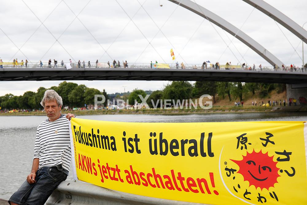 Rund 50.000 Atomkraftgegner aus Belgien, Deutschland und den Niederlanden protestieren mit einer 90 Kilometer langen Menschenkette gegen das AKW Tihange in Belgien. <br /> <br /> Ort: Vis&eacute;<br /> Copyright: Michaela M&uuml;gge<br /> Quelle: PubliXviewinG