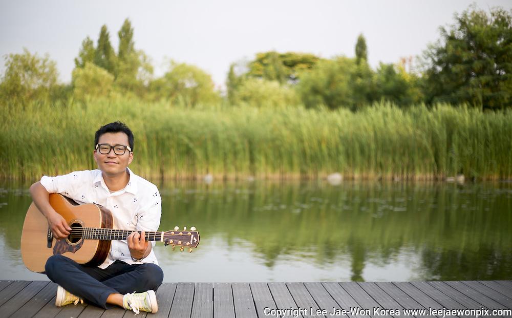 South Korean musician Lee Gwang-Seok in Seoul, South Korea. Photo by Lee Jae-Won (SOUTH KOREA)  www.leejaewonpix.com