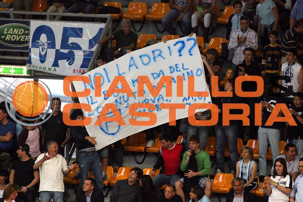 DESCRIZIONE : Bologna Lega A1 2005-06 Play Off Semifinale Gara 3 Climamio Fortitudo Bologna Carpisa Napoli<br /> GIOCATORE : Tifo Tifosi Fan Supporter<br /> SQUADRA : Climamio Fortitudo Bologna<br /> EVENTO : Campionato Lega A1 2005-2006 Play Off Semifinale Gara 3<br /> GARA : Climamio Fortitudo Bologna Carpisa Napoli<br /> DATA : 07/06/2006 <br /> CATEGORIA :<br /> SPORT : Pallacanestro <br /> AUTORE : Agenzia Ciamillo-Castoria/E.Castoria