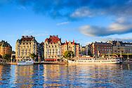Nybroviken i spegling med Strandvägens hus och båtar i Stockholm