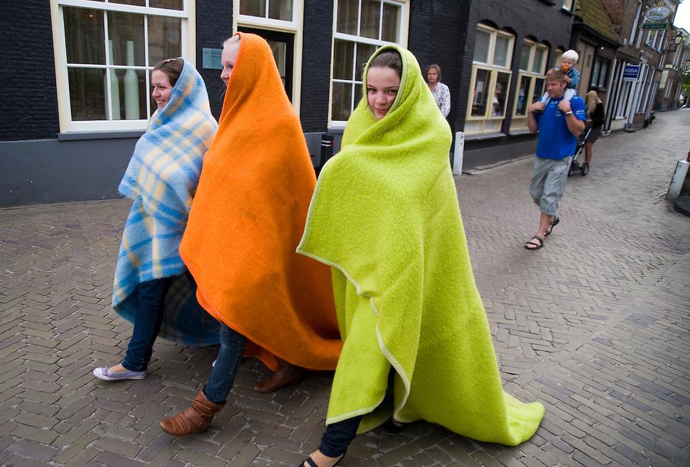 Nederland, Blokzijl, 2 juni 2009<br /> Meisjes gaan aan het eind van de middag nog zeilen en nemen dekens mee voor als het te koud wordt.<br />  Foto (c) Michiel Wijnbergh