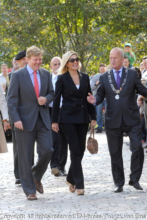 Prins Willem-Alexander en Prinses M&aacute;xima zijn aanwezig bij  de opening van het nieuwe bezoekerscentrum van drinkwaterbedrijf Dunea in het duingebied in de gemeente Wassenaar. De prinses opende het nieuwe centrum samen met prins Willem-Alexander. <br />