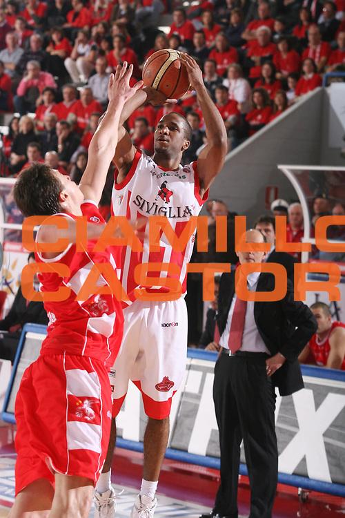 DESCRIZIONE : Teramo Lega A1 2007-08 Siviglia Wear Teramo Armani Jeans Milano <br /> GIOCATORE : Clay Tucker <br /> SQUADRA : Siviglia Wear Teramo <br /> EVENTO : Campionato Lega A1 2007-2008 <br /> GARA : Siviglia Wear Teramo Armani Jeans Milano <br /> DATA : 20/01/2008 <br /> CATEGORIA : Tiro <br /> SPORT : Pallacanestro <br /> AUTORE : Agenzia Ciamillo-Castoria/G.Ciamillo <br /> Galleria : Lega Basket A1 2007-2008 <br />Fotonotizia : Teramo Campionato Italiano Lega A1 2007-2008 Siviglia Wear Teramo Armani Jeans Milano <br />Predefinita :