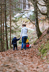 THEMENBILD - eine Frau mit Kind und Dreirad bei einem Waldspaziergang, aufgenommen am 05. April 2016 in Viehhofen, Oesterreich // a woman with child and tricycle walk through the forest, on 2016/04/05 in Viehhofen, Austria. EXPA Pictures © 2016, PhotoCredit: EXPA/ JFK