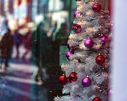 THEMENBILD - bunte Christbaum-Kugeln und weihnachtliche Dekoration, aufgenommen am 02. Dezember 2017, Innsbruck, Österreich // Colorful Christmas tree balls and Christmas decoration on 2017/12/02, Innsbruck, Austria. EXPA Pictures © 2017, PhotoCredit: EXPA/ Stefanie Oberhauser