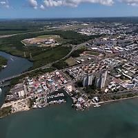Vue de Pointe à Pitre à l'embouchire de la rivière salée qui sépare la Guadeloupe en deux terres : Basse Terre et Grande Terre.