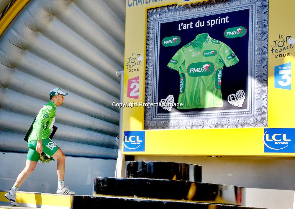 Chateauroux, Frankrike, 20080709:  Thor Hushovd t.v. spurter inn til fjerde plass og grønn trøye på den 5. etappen i Tour de France.  Her er han på vei opp på podiet hvor han skal motta den grønne trøya.  ..Foto: Daniel Sannum Lauten/Dagbladet