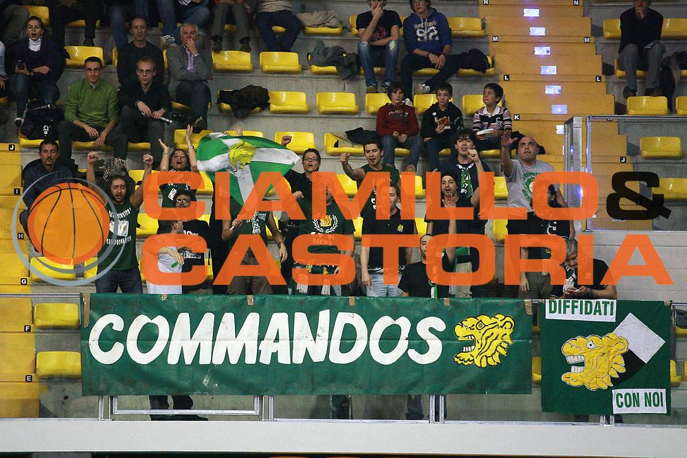 DESCRIZIONE : Biella Lega A 2009-10 Angelico Biella Montepaschi Siena<br /> GIOCATORE : Tifosi<br /> SQUADRA : Montepaschi Siena<br /> EVENTO : Campionato Lega A 2009-2010 <br /> GARA : Angelico Biella Montepaschi Siena<br /> DATA : 15/11/2009 <br /> CATEGORIA : Tifosi<br /> SPORT : Pallacanestro <br /> AUTORE : Agenzia Ciamillo-Castoria/S.Ceretti<br /> Galleria : Lega Basket A 2009-2010 <br /> Fotonotizia : Biella Campionato Italiano Lega A 2009-2010 Angelico Biella Montepaschi Siena<br /> Predefinita :