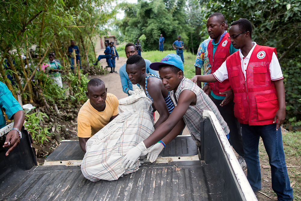Burundi/Bujumbura 2015-10-30 <br /> volunteers together with staff from the Red Crossv moving a dead body that was found in Nyabagere river.Dead bodies are found in the streets or in places like this almost daily in Burundi&rsquo;s capital Bujumbura during the autumn 2015