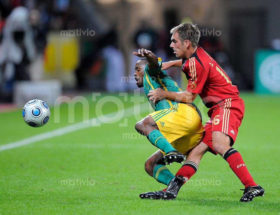 Fussball   International    Freundschaftsspiel   Deutschland - Suedafrika      05.09.09 Philipp LAHM (re, GER) im Zweikampf mit Bernard PARKER (li, RSA).