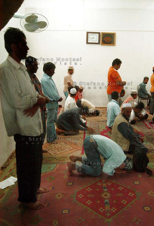 Roma 13 September 2007.Prayer for Ramadan in the small mosque to Tor Pignattara  visited by immigrants from Bangladesh.Preghiera per il Ramadan nella piccola Moschea di Tor Pignattara frequentata  da immigrati del Bangladesh