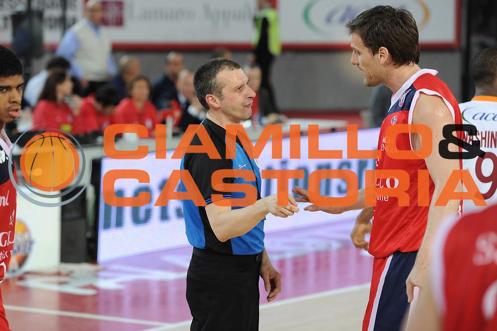 DESCRIZIONE : Roma Lega A 2010-11 Lottomatica Virtus Angelico Biella<br /> GIOCATORE : Goran Jurak<br /> SQUADRA : Lottomatica Virtus Roma Angelico Biella<br /> EVENTO : Campionato Lega A 2010-2011 <br /> GARA : Lottomatica Virtus Roma Angelico Biella<br /> DATA : 10/04/2011<br /> CATEGORIA : Fair play<br /> SPORT : Pallacanestro <br /> AUTORE : Agenzia Ciamillo-Castoria/GiulioCiamillo<br /> Galleria : Lega Basket A 2010-2011 <br /> Fotonotizia : Roma Lega A 2010-11 Lottomatica Virtus Roma Angelico Biella<br /> Predefinita :