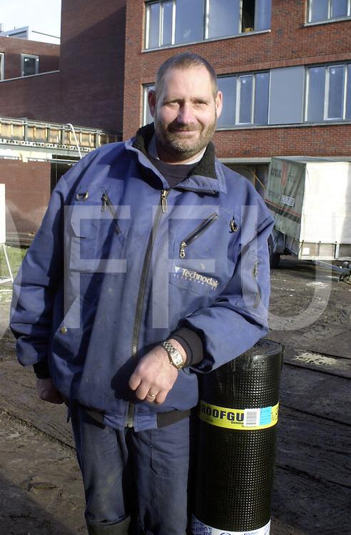 051212, vriezeveen, ned<br />Leermeester dakdekker Bennie Grundel  aan het werk bij een nieuw zorgcentrum in vriezeveen,<br />fotografie frank uijlenbroek&copy;2005 jasper van der zwan