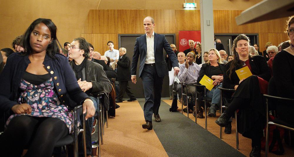 Nederland. Utrecht, 28 april 2012.<br /> De PvdA-ledenraad mopperde op een bijeenkomst in de Jaarbeurs over de handelwijze van partijleider Diederik Samsom, maar is wel heel blij dat de partij niet meedoet aan het begrotingsakkoord. Een ruimschootse meerderheid van de aanwezigen is het eens met het besluit om het pakket niet te steunen.<br /> Een overgrote meerderheid van de aanwezigen stemde voor een motie die waardering uitsprak met het besluit om het bezuinigingspakket niet te steunen. Wandelgangenakkoord, Kunduzcoalitie, begrotingsakkoord, politiek, Partij van de Arbeid<br /> Foto : Martijn Beekman
