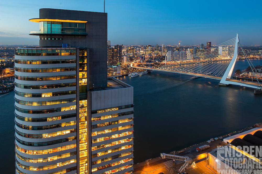Rotterdam vanaf Montevideo met de Erasmusbrug en het kantoor van het havenbedrijf