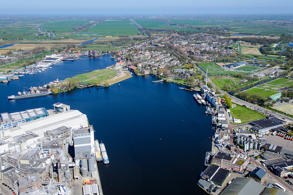Nederland, Noord-Holland, Zaandstad, 20-04-2015; Koog aan de Zaan, industrie langs rivier de Zaan. Linksonder de fabriek van zetmeelproducent Tate & Lyle.<br /> Industry along river Zaan, Tate & Lyle plant for the production of starch.<br /> luchtfoto (toeslag op standard tarieven);<br /> aerial photo (additional fee required);<br /> copyright foto/photo Siebe Swart