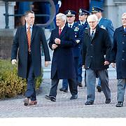 NLD/Breda/20130327 - HMH Konining Beatrix brengt decoratie Kosovo 1999 aan op vaandel Koninklijke Luchtmacht, Eimert van Middelkoop