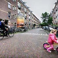 Nederland, amsterdam , 29 mei 2014.<br /> Een bewoonster van de Bentinckstraat in de Staatsliedenbuurt zorgt voor veel overlast.<br /> De bewoners van de Bentinckstraat hebben al jaren last van de 'gestoorde' buurvrouw en in april vloog het huis in brand. De corporatie probeert haar via de rechter eruit te zetten. Maar daarmee ben je er niet.<br /> <br /> Maar als ze verliest, steekt ze dan weer het gebouw in de fik?<br /> Jarenlang geterroriseerd worden door je buurvrouw, die enorme herrie maakt, je post inpikt, spullen in het trappenhuis gooit, allerlei leugens verspreidt en uiteindelijk het huis in brand steekt. Het is het leven van de bewoners van een pand in de Bentinckstraat in de Staatsliedenbuurt in Amsterdam-West. 'In de zeven jaar dat ze hier woont, zijn al drie mensen verhuisd en na de brand wonen twee tijdelijk ergens anders,' zegt één van de drie buren, die anoniem willen blijven wegens angst voor hun 'psychisch gestoorde buurvrouw'.<br /> Foto:Jean-Pierre Jans