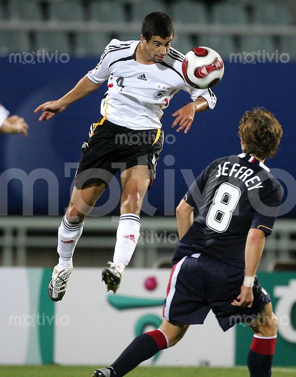 Fussball International U17 WM Korea Achtelfinale Deutschland - USA Germany - USA Nils Teixeira (GER, li.) gegen Jared Jeffrey (USA)