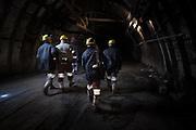 Minatori camminano in una delle gallerie della Carbosulcis