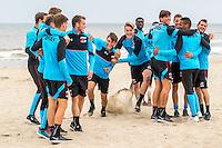 BERGEN AAN ZEE - 25-07-2016, strandtraining AZ, AZ speler Joris van Overeem, AZ speler Wout Weghorst