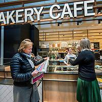 Nederland, Amsterdam, 23 februari 2017.<br /> Bakery cafe van Albert Heijn, een soort van café restaurant binnen Albert Heijn aan het Gelderlandplein in Buitenveldert.<br />Albert Heijn opent de komende maanden in tientallen supermarkten koffiecafés en restaurants waar de klant maaltijden meteen kan opeten.<br /> Het Amsterdamse Gelderlandplein heeft vrijdag de primeur, met de opening van de Deli Kitchen en het Bakery Café.<br /><br />Foto: Jean-Pierre Jans