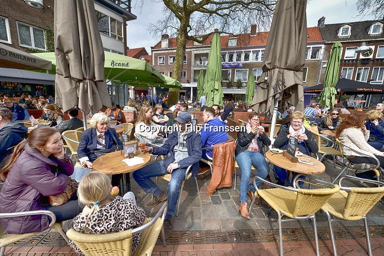 Nederland, Nijmegen, 3-4-2016Terrassen in Nijmeegse binnenstad, burchtstraat en Grote MarktFOTO: FLIP FRANSSEN