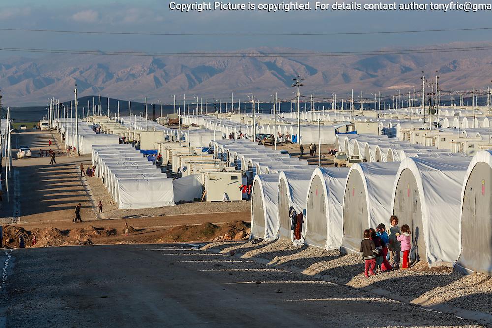 Utečenecký tábor Kabartu v blízkosti mesta Dohuk v Severnom Kurdistane je momentálne domovom pre 30 000 Jezídov. Kabartu refugee camp near Dohuk in Northern Kurdistan is currently home to 30 000 Yezidis.