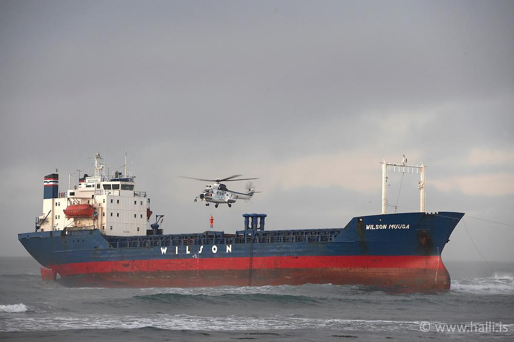Wilson Muuga strandar við Hvalsnesfjöru við Sandgerði / The vessel Wilson Muuga stucked near Hvalsnesfjara in Sandgerdi