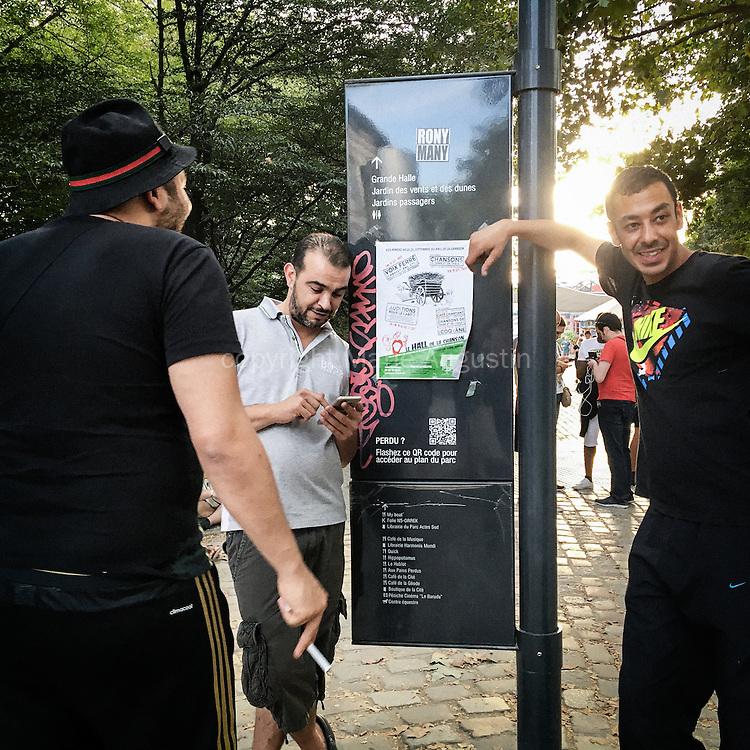 Chasse au Pokemon, début septembre - Parc de la Villette, 19e arr. de Paris. Ces trois amis jouent depuis le début de la sortie du jeu. Ils en sont maintenant aux niveaux, 20, 21 et 26.