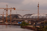 27 MAY 2002, BERLIN/GERMANY:<br /> Baustelle Lehrter Stadtbahnhof; hier entsteht der zukuenftige zentrale Bahnhof fuer Berlin, im Vordergrund fliesst die Spree<br /> IMAGE: 20020527-03-003<br /> KEYWORDS: Lehrter Bahnhof, Hauptbahnhof, Trainstation, station, Baukraene, Baukräne, Kran, Baukran, im Bau