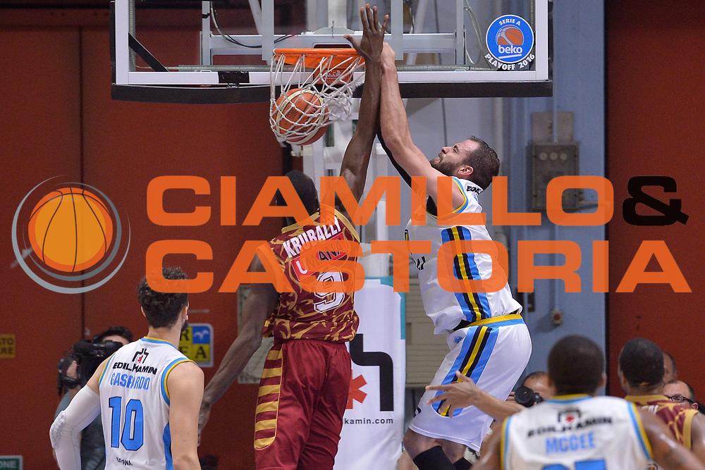 DESCRIZIONE : Cremona Lega A 2015-16 Play Off gara 2 Vanoli Cremona Umana Reyer Venezia <br /> GIOCATORE : Dragovic Nikola<br /> CATEGORIA : Controcampo Schiacciata<br /> SQUADRA : Vanoli Cremona<br /> EVENTO : Campionato Lega A 2015-2016 GARA : Vanoli Cremona vs Umana Reyer Play Off gara 2<br /> DATA : 10/05/2016 <br /> SPORT : Pallacanestro <br /> AUTORE : Agenzia Ciamillo-Castoria/I.Mancini<br /> Galleria : Lega Basket A 2015-2016 Fotonotizia : Cremona Lega A 2015-16 PlayOff Gara 2  Vanoli Cremona Umana Reyer Venezia