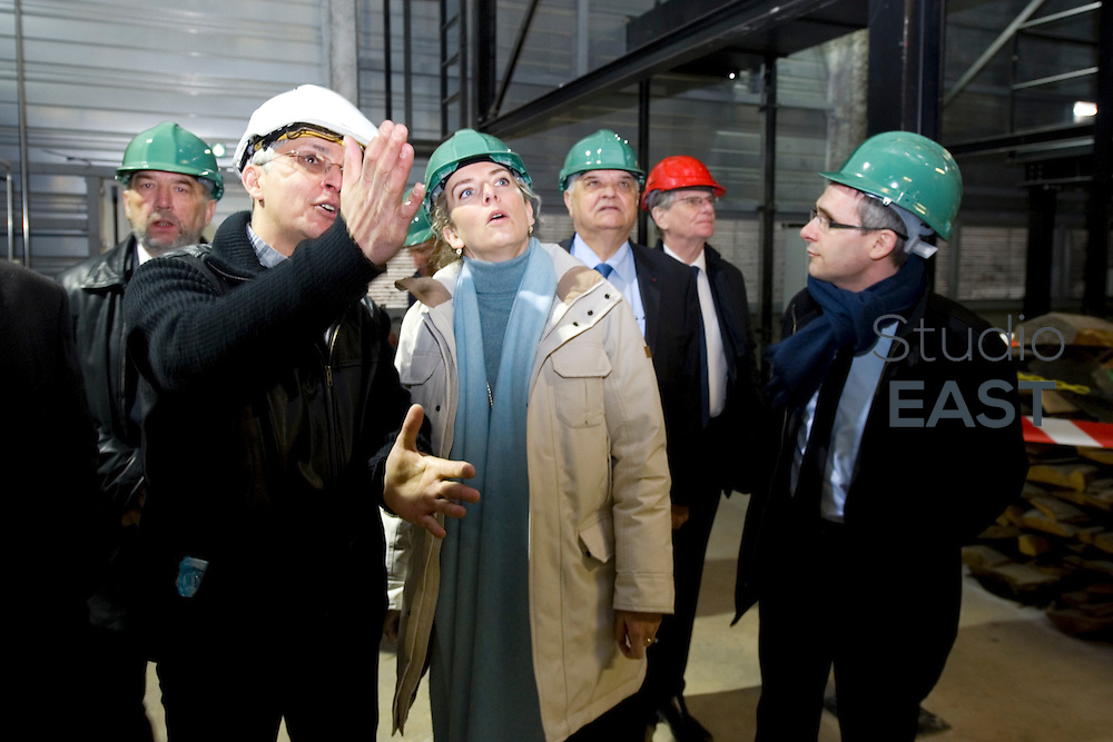 Mme Delphine Batho (centre, parka blanche), ministre de l'environnement et de l'énergie, visite la chaufferie biomasse de Stains en Seine-Saint-Denis, près de Paris, France, le 30 mars 2013. Photo : Lucas Schifres