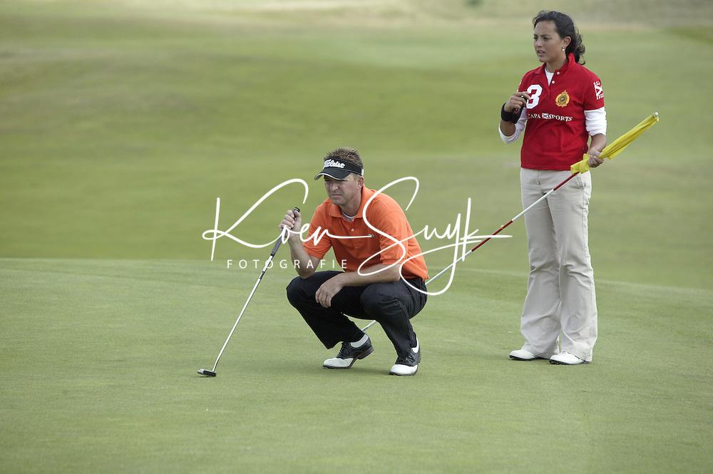 NOORDWIJK - winnaar Niels Kraaij met caddie Marie-Louise Weeda (r) . Stern Open (Nationaal Open) op de Noordwijkse GC . Foto Koen Suyk
