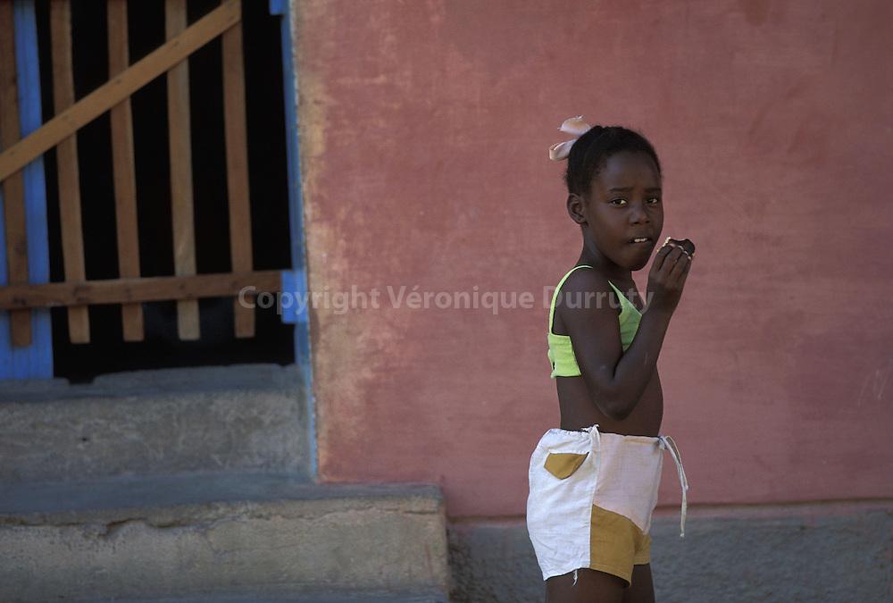 PETITE FILLE CUBAINE A TRINIDAD, CUBA