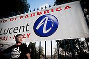 BATTIPAGLIA. UN LAVORATORE PRECARIO DI ALCATEL LUCENT ALL'ESTERNO DELL'AZIENDA