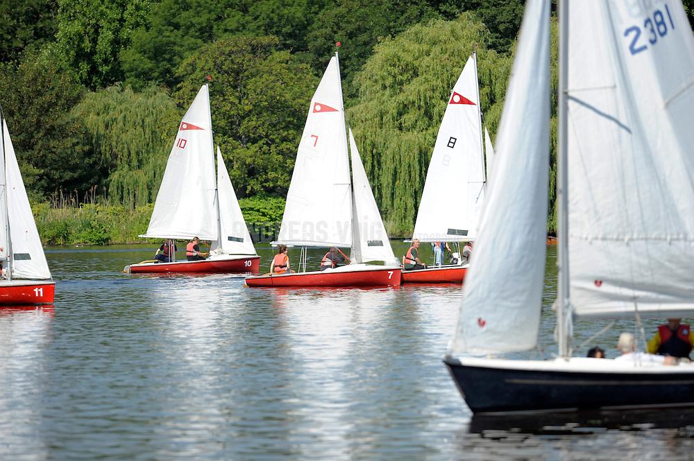 Rote Segelboote auf der Alster