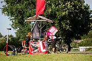 Een koerier van Foodora haalt bij een checkpoint zijn opdracht op. In Nieuwegein wordt het NK Fietskoerieren gehouden. Fietskoeriers uit Nederland strijden om de titel door op een parcours het snelst zoveel mogelijk stempels te halen en lading weg te brengen. Daarbij moeten ze een slimme route kiezen.<br /> <br /> A messenger of Foodora picks up his assignment at a checkpoint. In Nieuwegein bike messengers battle for the Open Dutch Bicycle Messenger Championship.