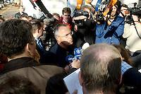 31 OCT 2005, BERLIN/GERMANY:<br /> Hans Eichel, SPD, Bundesfinanzminister, im Gespraech mit Journalisten, vor Beginn der Sitzung des SPD Parteivorstandes, vor dem Willy-Brandt-Haus<br /> IMAGE: 20051031-01-007<br /> KEYWORDS: Journalist, Pressestatement, Mikrofon, microphone, Kamera, camera