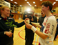 Håndball, 26. mars 2003, Gildeserien kvinner, Larvik-Stabæk.Lina Rosenber, larvik, ble kåret til kampens spiller. Hun fikk 500 kroner for det. Her sammen med Caroline Dyhre Breiang fra Stabæk