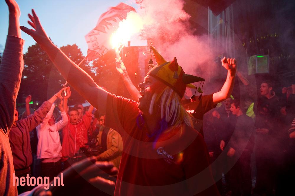 twente fans vieren op de oude markt in enschede de overwinning op ajax...