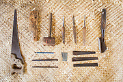 """Dintorni di Ubud Bali 2015 - Gli strumenti, costruiti con materiali di reciclo da fabbri """"maghi"""", variano di tipologia edimensione a seconda della fase di lavorazione."""