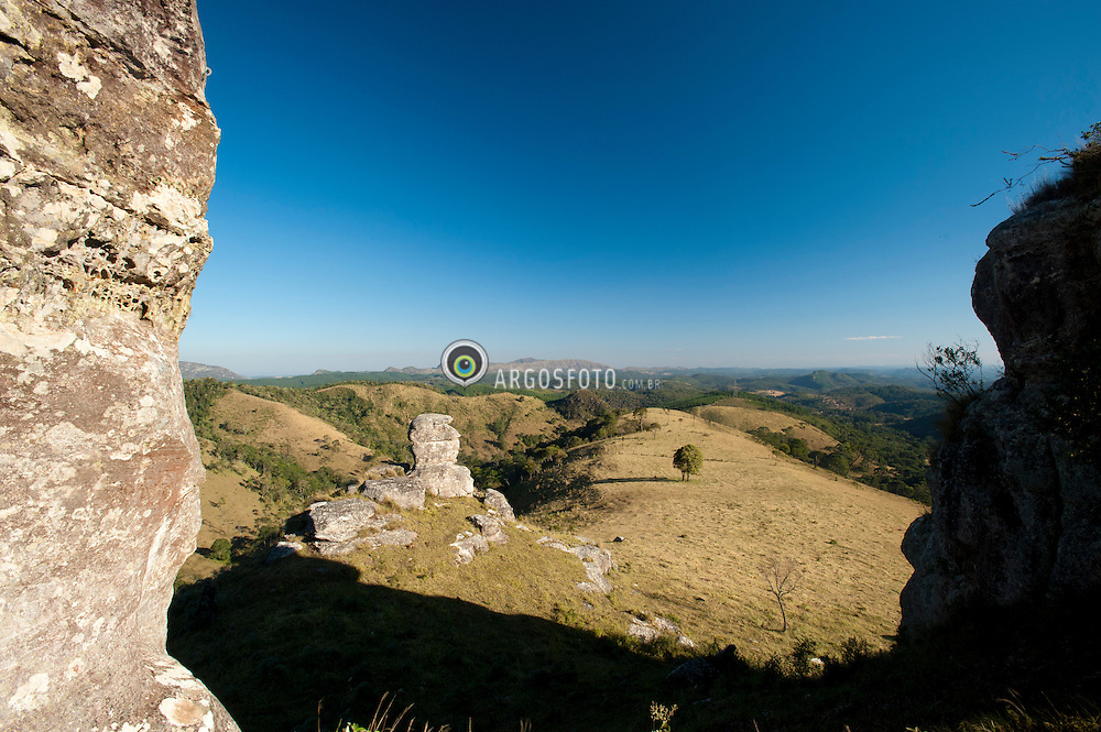 A Pedra da Galinha esta localizada na Fazenda Sete Trilhas a 35km do centro da cidade brasileira de Itarare, no municipio de Bom Sucesso de Itarare no estado de Sao Paulo. Esta a uma altitude media de 1100m acima do nivel do mar e tem este nome devido a sua semelhanca com a forma de uma galinha. A vegetacao  composta  de cerrado e campos gerais./ The Pedra da Galinha is located at Ranch Sete Trilhas 35km from the city center Itarare Brazilian in the city of Bom Sucesso Itarare in Sao Paulo. This media at an altitude of 1100m above sea level and has its name from its resemblance to the shape of a chicken.The vegetation consists of savannah and general fields.
