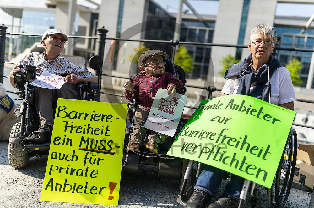 &quot;Barrierefreiheit ein muss auch f&uuml;r private Anbieter!&quot; stehe w&auml;hrend der Protestaktion zum Teilhabegesetz am 11.05.2016 in Berlin, Deutschland auf einem Schild der Aktivisten . Ca 40 Menschen mit Behinderung haben sich im Regierungsviertel angekettet um vor der geplanten Abstimmung im Bundestag &uuml;ber f&uuml;r ihre Rechte zu demonstrieren. Foto: Markus Heine / heineimaging<br /> <br /> ------------------------------<br /> <br /> Ver&ouml;ffentlichung nur mit Fotografennennung, sowie gegen Honorar und Belegexemplar.<br /> <br /> Bankverbindung:<br /> IBAN: DE65660908000004437497<br /> BIC CODE: GENODE61BBB<br /> Badische Beamten Bank Karlsruhe<br /> <br /> USt-IdNr: DE291853306<br /> <br /> Please note:<br /> All rights reserved! Don't publish without copyright!<br /> <br /> Stand: 05.2016<br /> <br /> ------------------------------w&auml;hrend der Protestaktion zum Teilhabegesetz am 11.05.2016 in Berlin, Deutschland. Ca 40 Menschen mit Behinderung haben sich im Regierungsviertel angekettet um vor der geplanten Abstimmung im Bundestag &uuml;ber f&uuml;r ihre Rechte zu demonstrieren. Foto: Markus Heine / heineimaging<br /> <br /> ------------------------------<br /> <br /> Ver&ouml;ffentlichung nur mit Fotografennennung, sowie gegen Honorar und Belegexemplar.<br /> <br /> Bankverbindung:<br /> IBAN: DE65660908000004437497<br /> BIC CODE: GENODE61BBB<br /> Badische Beamten Bank Karlsruhe<br /> <br /> USt-IdNr: DE291853306<br /> <br /> Please note:<br /> All rights reserved! Don't publish without copyright!<br /> <br /> Stand: 05.2016<br /> <br /> ------------------------------