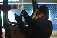 """Auch Peter  macht lieber Platte, als am<br /> Winternotprogramm teilzunehmen. """"Da ist es mir zu voll und<br /> ich fühle mich unsicher"""", sagt er. Deshalb übernachtet er unter<br /> der Kennedybrücke – und holt sich zum Aufwärmen<br /> abends einen Becher heiße Suppe vom Mitternachtsbus."""